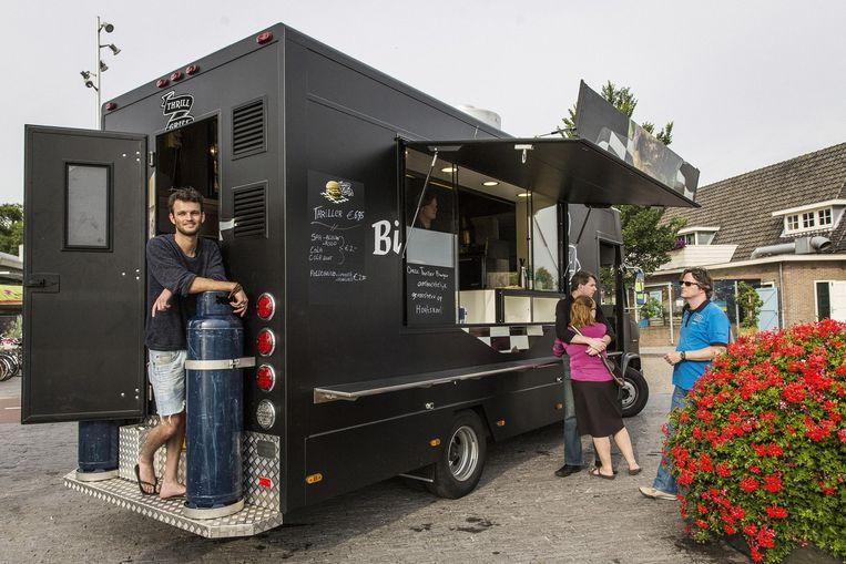 De food truck van Joeri Rijneveld, op locatie in Amsterdam-Noord. Beeld Marc Driessen