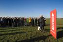 Bram van der Vlugt geeft in 2008 het startsein voor een posteractie in de Meije tegen moerasontwikkeling.