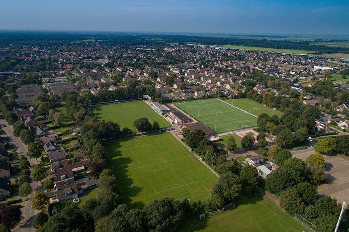 WHC ligt ingeklemd tussen woonhuizen in Wezep, wethouder Bob Bergkamp wil er graag nieuwbouw realiseren.