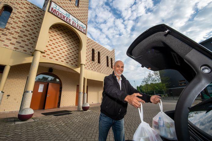 Yachou Mohammedi brengt Iftar maaltijden rond tijdens de Ramadan in Alphen