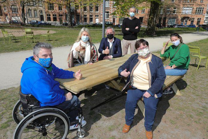 Rolstoelgebruikers hebben voortaan ook tafels om te picknicken in Brugge.