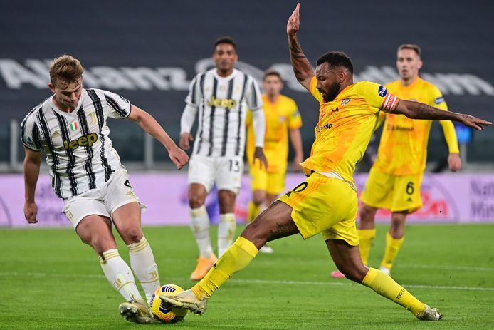 Matthijs de Ligt (l) in duel met Cagliari-speler Joao Pedro.