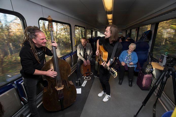 Vorig jaar trad de band Liquid Love Machine op in de trein tussen Doetinchem en Winterswijk.