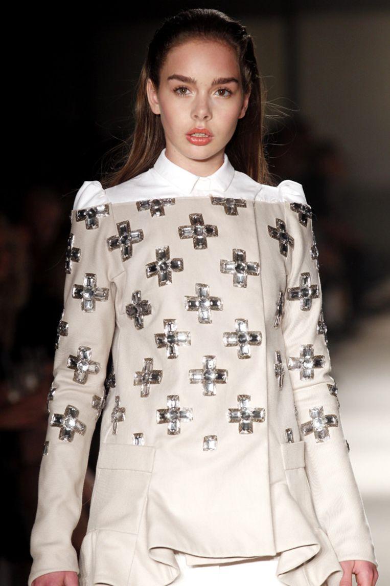 Een model showt in Amsterdam een ontwerp uit de collectie van mode-ontwerper Claes Iversen. Beeld null