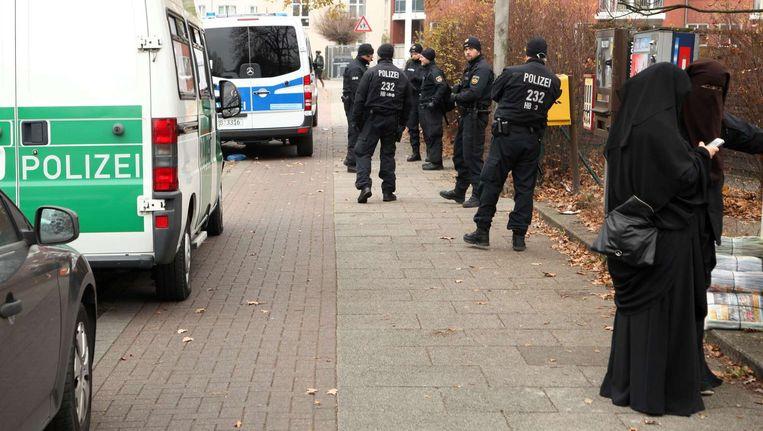 Agenten bij een inval in Bremen, begin december vorig jaar, in een gebouw van een organisatie met mogelijke banden met IS. Beeld afp
