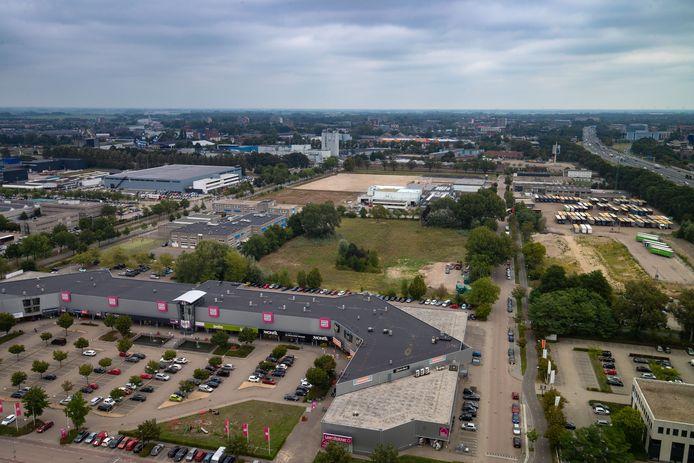 Het braakliggende terrein achter de huidige woonboulevard komt beschikbaar voor extra woonwinkels. Rechts het vroegere Rova-terrein, waar nu vrachtwagens staan.