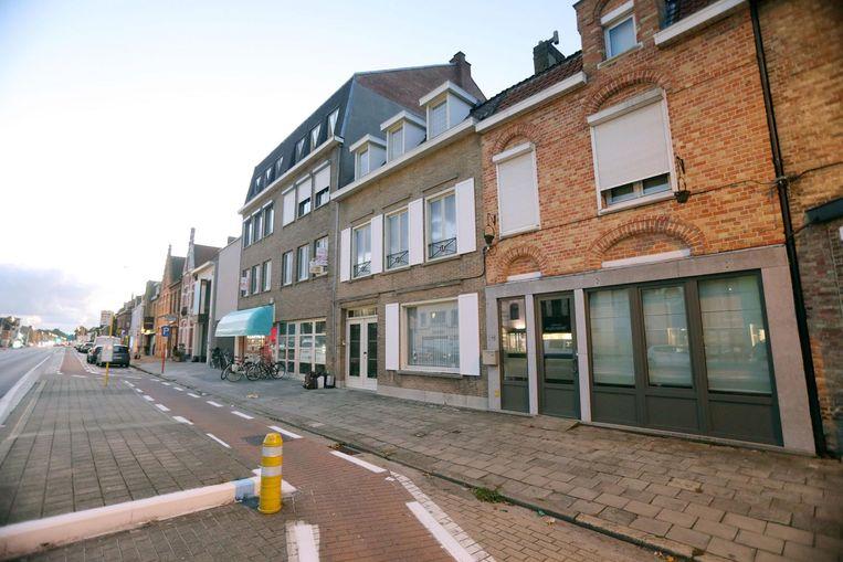 De homejacking gebeurde aan de Gistelse Steenweg, in het huis rechts vooraan.