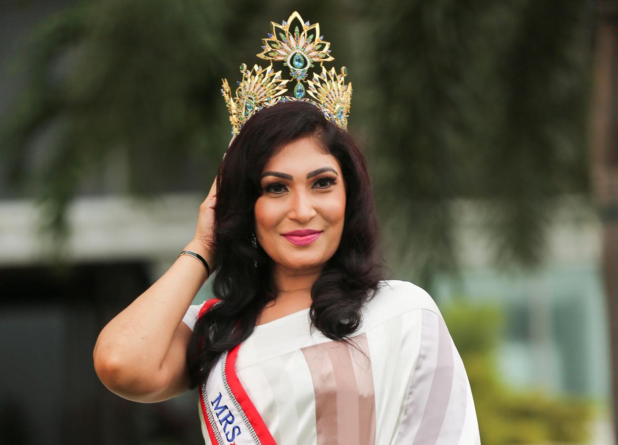 Pushpika De Silva poseert voor een officiële foto als de nieuwe Mrs Sri Lanka.