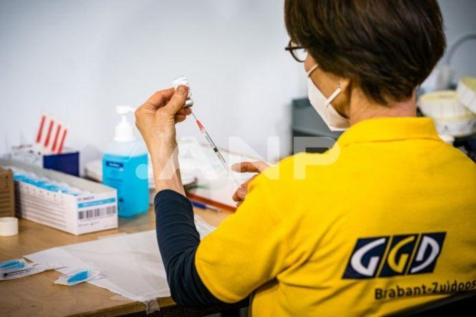 Medewerkers van de GGD komen als eerste in aanmerking voor eventuele restvaccins. Mensen zonder afspraak hoeven niet meer naar de priklocatie te komen in de hoop dat er een prik voor ze overblijft.