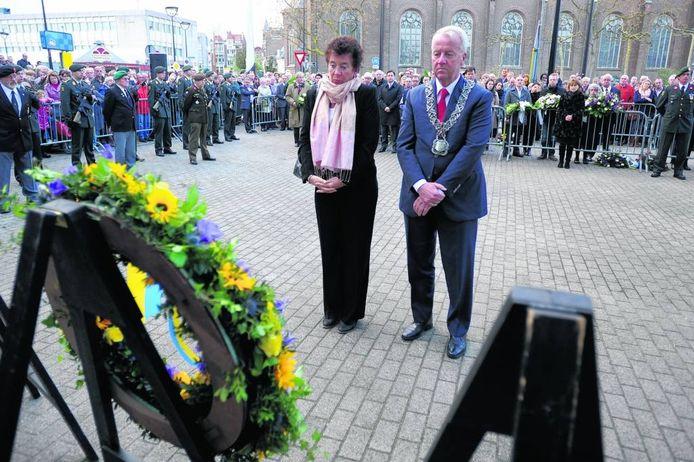 Burgemeester Noordanus en zijn vrouw bij de Dodenherdenking in Tilburg in 2012.