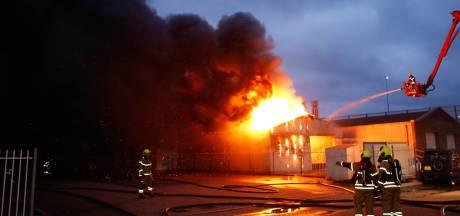 Asbest vrijgekomen bij grote brand in Sliedrecht, rook trekt richting de polder