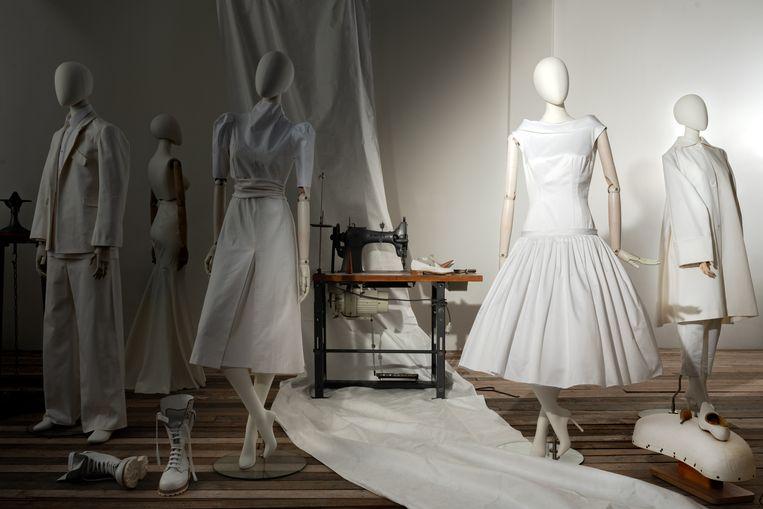 De Bijenkorf brengt diverse kledingitems uit de 150-jarige bestaansgeschiedenis voor het voetlicht. Hier: Roerige Tijden (1930-1955). Beeld NJ Studio