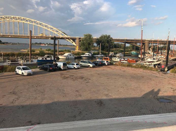 Automobilisten opgelet: parkeren op deze plek bij de Lindenberghaven aan de Waalkade mag níet.