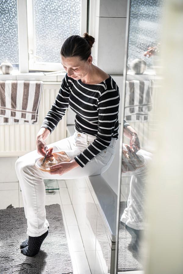 De Eindhovense Esther Jorissen heeft een stoma. Ze heeft geleerd hoe ze die zelf kan verzorgen, waardoor ze geen thuiszorg nodig heeft.