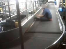 L'aventure d'un enfant sur le tapis à bagages de l'aéroport