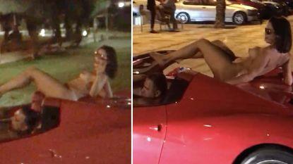 Politie op zoek naar Ferrari-chauffeur die in Ibiza rondreed met naakte vrouw op zijn dak