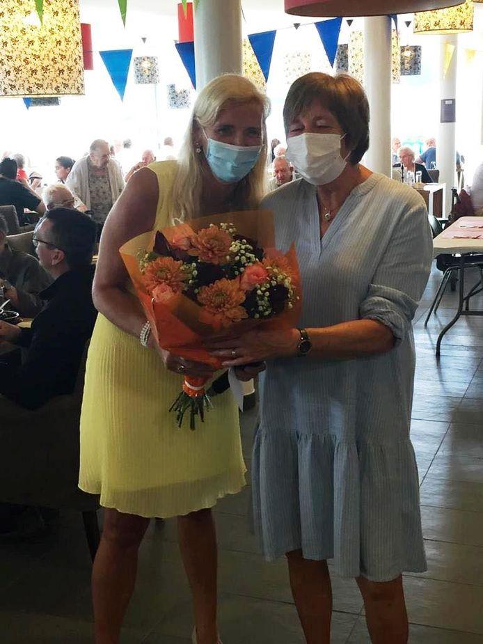 Directeur Els Suys van WZC Residentie Prieelshof zette onder meer Vrijwilliger en coördinator Marleen Van Impe in de bloemetjes.