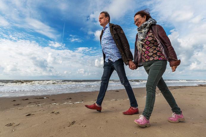Vincent Bijlo en zijn vrouw Mariska Reijmerink wandelen over het strand van Katwijk aan Zee, waar ze deze week vakantie houden. Tot de mooist denkbare geluiden, vindt Bijlo, hoort het geluid van de zee.