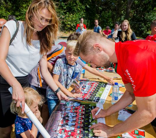 Beeld van de Open Dag van 2018: Rens van Eijden deelt handtekeningen uit.