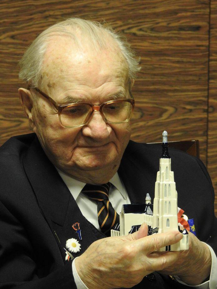 Bij gelegenheid van zijn honderdste verjaardag ontving Marian Slowinski een Delfts blauw  beeldje van de Grote Kerk van Breda.