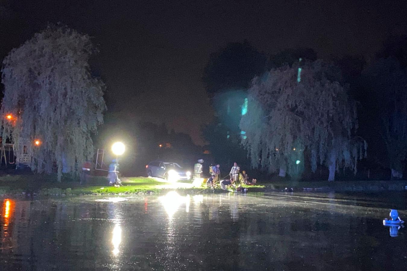 De aanwezigen parkeerden hun auto's met brandende koplampen rond de visvijver, zodat het volledige wateroppervlak verlicht was en de zoekactie vergemakkelijkt werd.