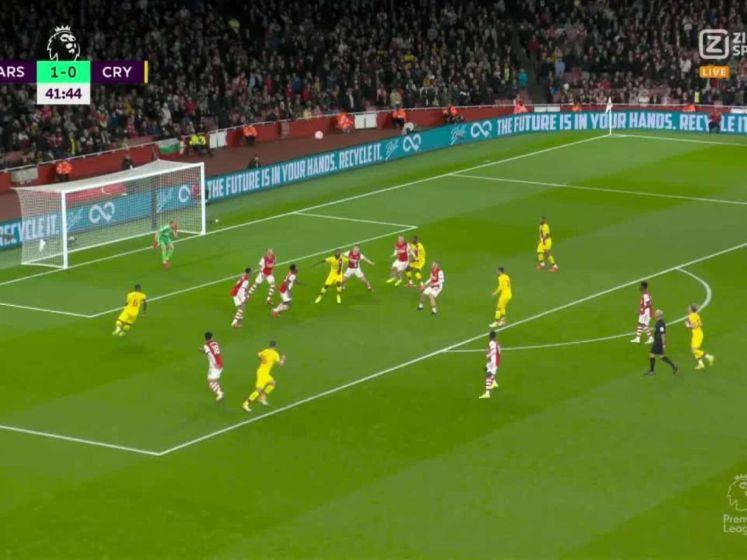 Arsenals Saka krijgt een enorme trap van achteren