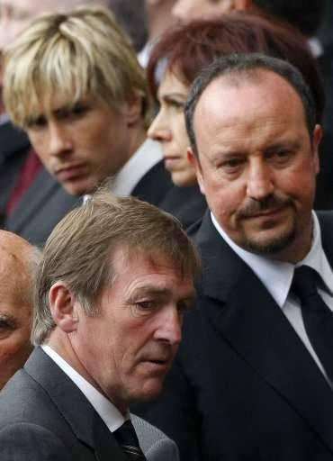 Kenny Dalglish, toenmalig Liverpool-coach, en Rafa Benitez, huidig coach van de 'Reds'. Op de achtergrond Fernando Torres.