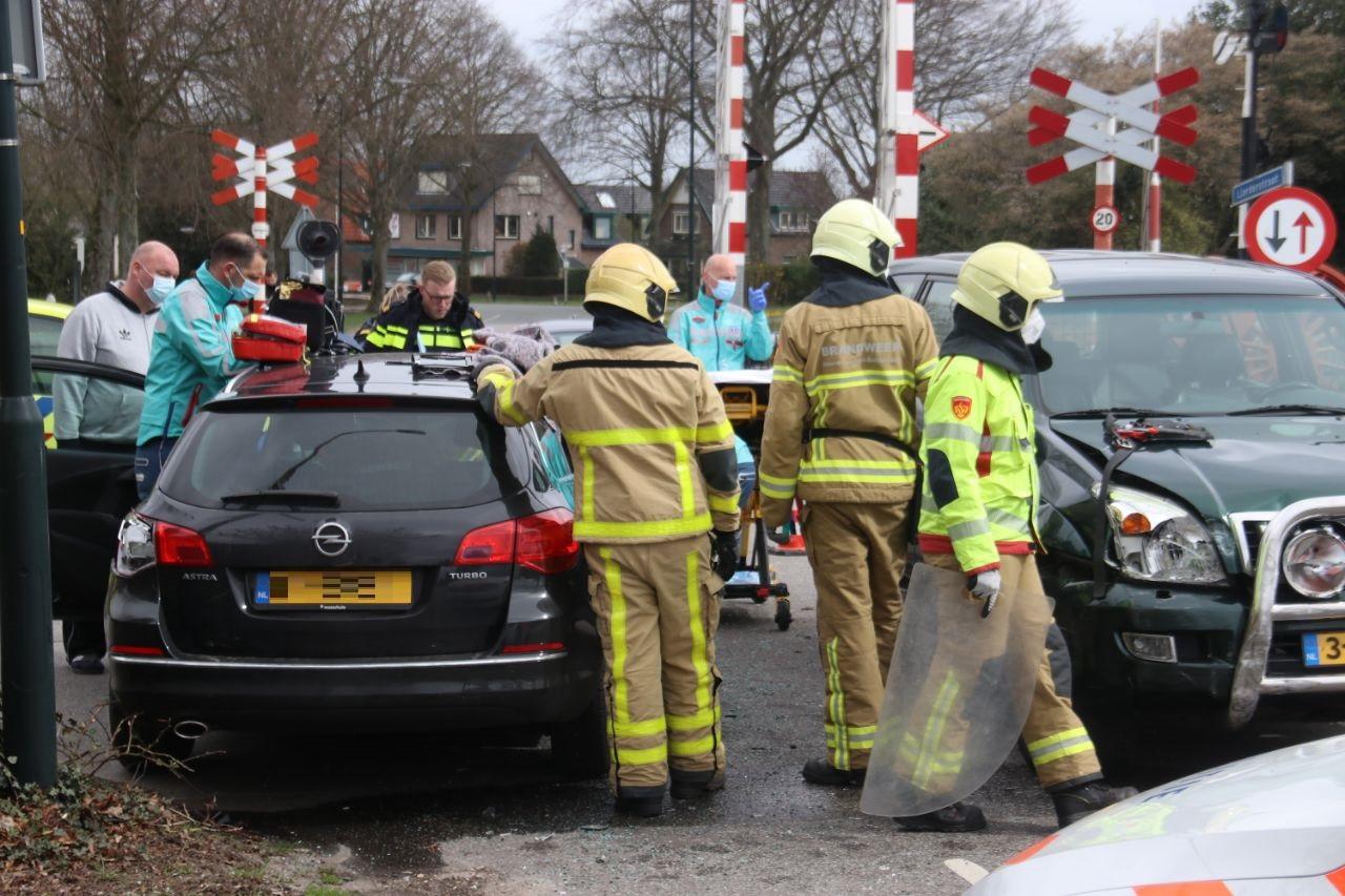 Ongeval op de kruising Zwarte Bergweg, Dorpstraat in Beekbergen. Eén persoon is met de ambulance mee naar het ziekenhuis.