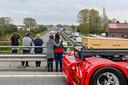 Meer dan honderd trucks vormden vrijdagavond een erehaag bij de begraafplaats aan de Mastendreef in Bergen op Zoom.