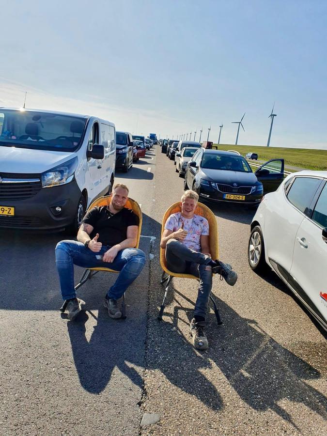 Jelmar Bijkerk (links) en Mike de Vries maken er het beste van in de file op de A6 vrijdagavond: 'chillen in een kruiwagen'.