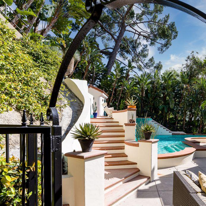 L'accès à la piscine située en contrebas de la propriété.