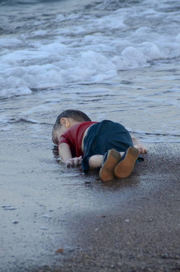 De aangespoelde peuter die de wereld schokte trouw - Foto baby jongen ...