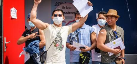 Vissers laten zich vaccineren op Urk: Ronaldo uit de Filipijnen is er 'zo blij mee'