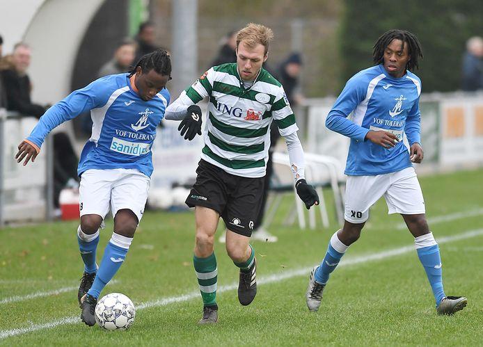 Sander Ouwerkerk (midden) in actie tijdens een eerdere wedstrijd van Zeelandia Middelburg tegen VC Vlissingen.