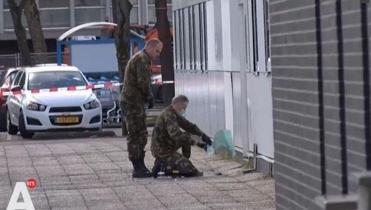 Defensie doet ondezoek op het Olof Palmeplein in Noord. Beeld Bureau 020.