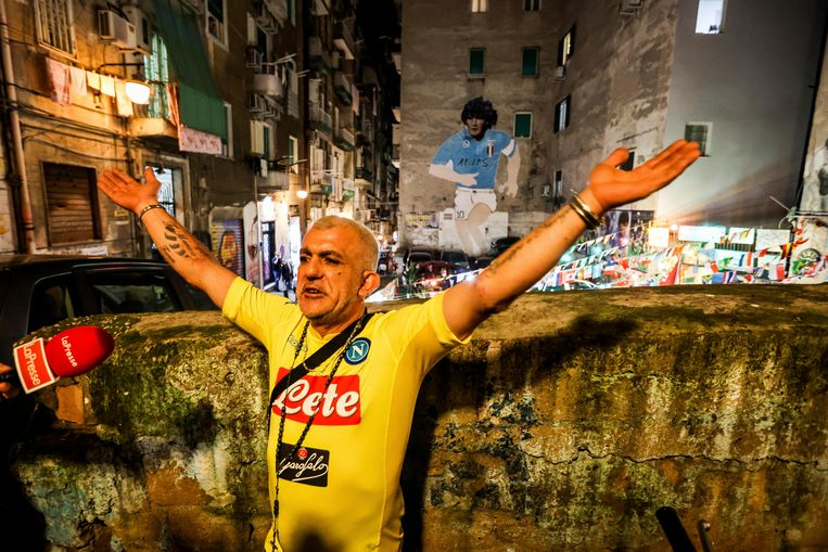 Een man in Napoli-shirt eert zijn idool Diego Maradona. Beeld AP