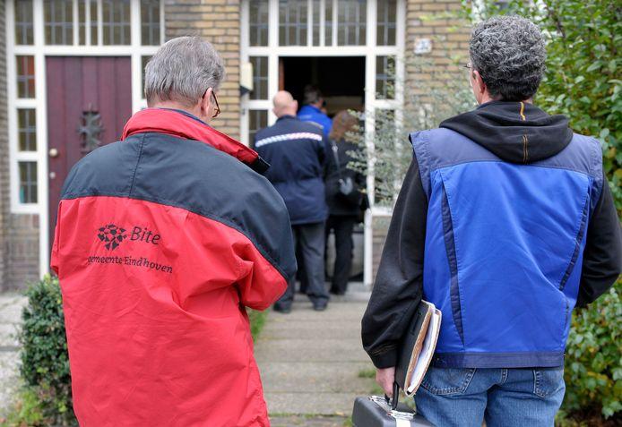 Een uitgebreid team van mensen van verschillende organisaties treedt een pand met Poolse en Letse arbeidsmigranten aan de Lijmbeekstraat in Eindhoven binnen voor een grootscheepse controle. Ook in dit huis bleek het nodige mis.