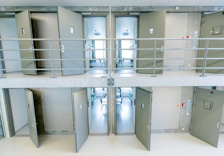 Vanwege corona werd in het Justitieel Complex Zaanstad besloten om meer mensen alleen op een cel te plaatsen en werd de bezetting gehalveerd naar 500 gedetineerden. Beeld ANP XTRA