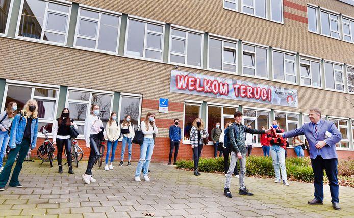 De Zaltbommelse wethouder Adrie Bragt bracht maandag eerst een bezoek aan het Cambium College (locatie Buys Ballot) en ging vervolgens naar praktijkschool De Brug.