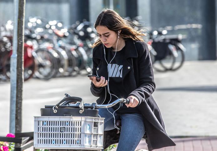 74% van de ondervraagde kinderen gebruikt een telefoon tijdens het fietsen.
