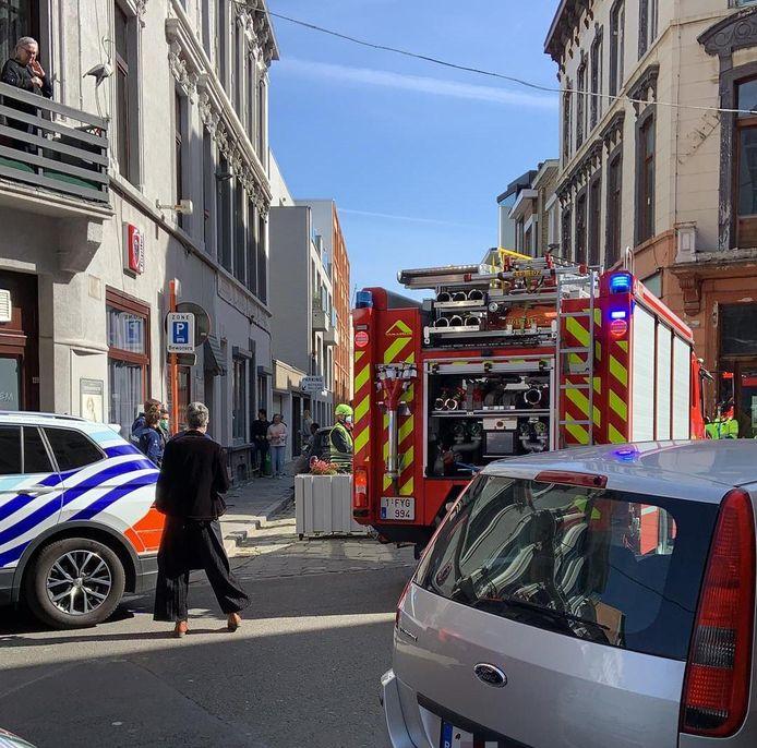 De brandweer en politie kwamen snel ter plaatse in de Abeelstraat.