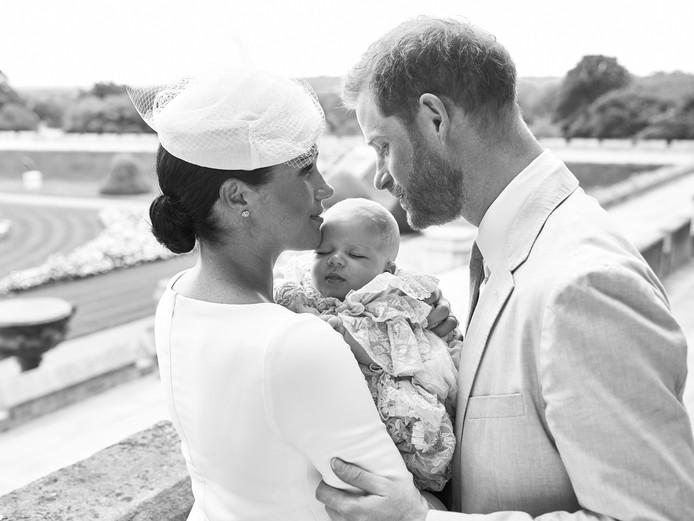 Archie Harrison Mountbatten-Windsor is zaterdagochtend achter gesloten deuren gedoopt