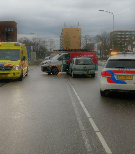 Personenwagen ramt bedrijfsbus van opzij in Ede: mogelijk voorrangsfout