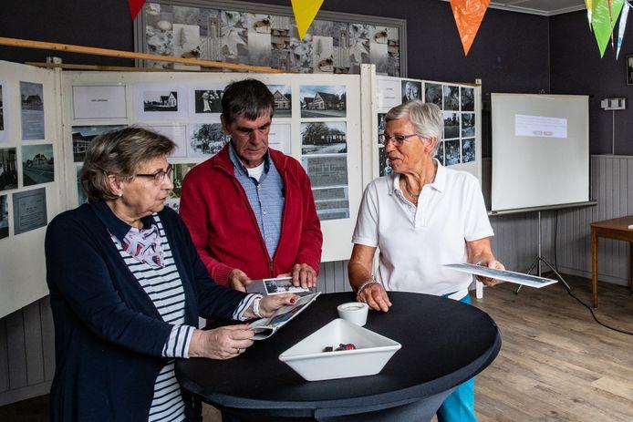Riki Dieperink, Jan Niemeijer en Janny Nijland van Weseper Erfgoed ontvangen deze zondag belangstellenden bij de expositie over cafés in hun dorp.