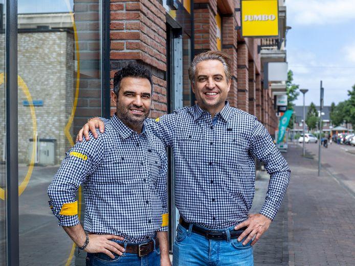 Sajjad Bagh (links) en zijn broer David voor de nieuwe Jumbo-supermarkt in winkelcentrum Vleuterweide in Vleuten. Woensdag gaat de supermarkt open.