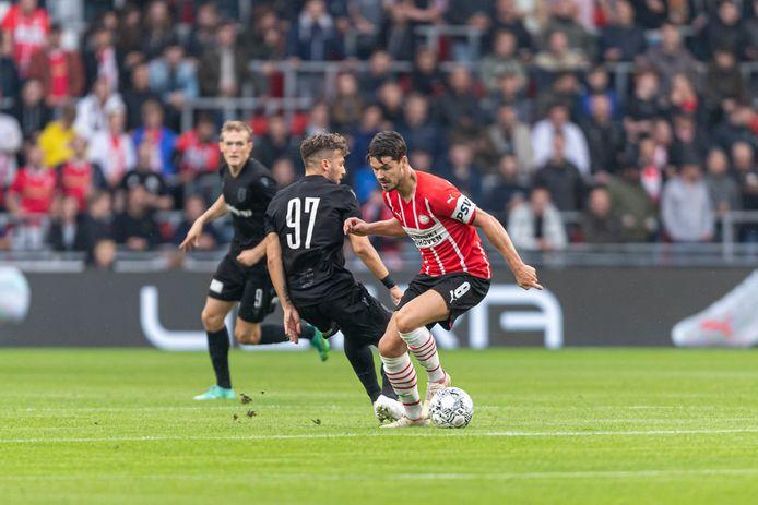 Marco van Ginkel probeert tijdens PSV-PAOK zijn man uit te spelen.