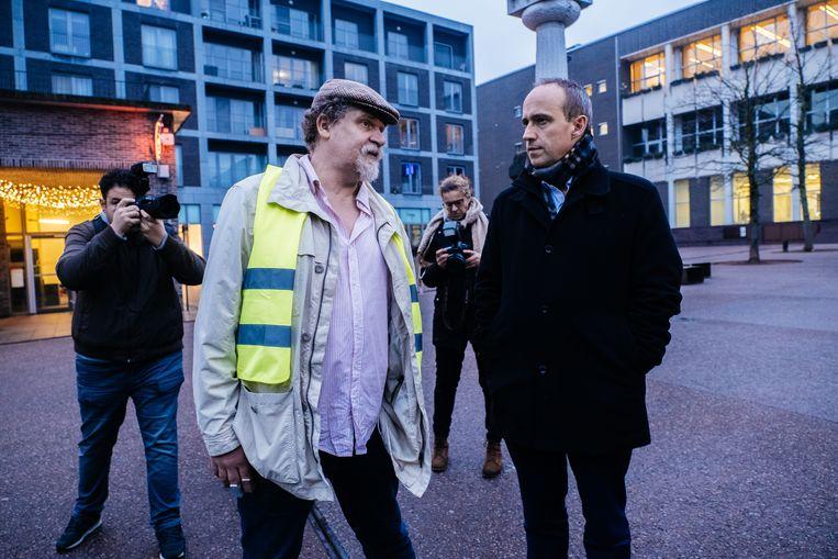 Marko Kleijn in gesprek met Genks burgemeester Wim Dries tijdens de actie van Leg Vlaanderen plat op maandag.  Beeld Wouter Van Vooren