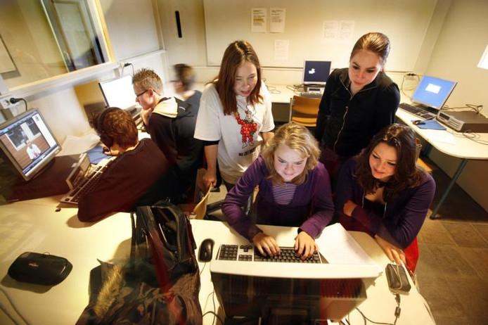 Het journalistenteam bezig met onderstaand verhaal. Aan het toetsenbord Charella Hulsbosch. foto Jan Bouwhuis
