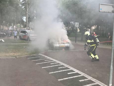 Auto vliegt spontaan in brand tijdens het rijden; inzittenden zijn er op tijd uit