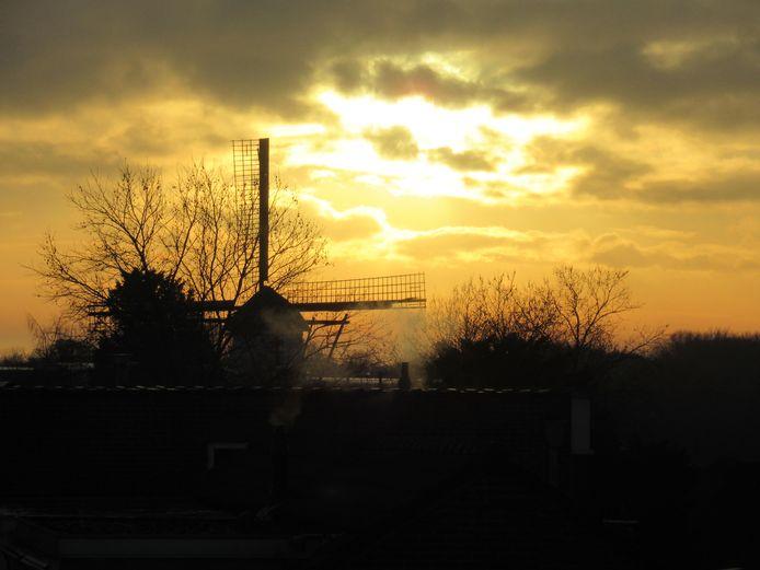 Silhouet van 't Nupke, de molen van Geldrop in het licht van de ondergaande zon.  Peter van Wageningen Bogardeind 55F 5664 EB Geldrop